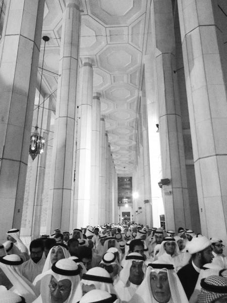 جانب من المعزين لأهالي ضحايا تفجير مسجد الإمام الصادق في الصوابر، مسجد الدولة الكبير، الكويت، ٢٧ يونيو ٢٠١٥