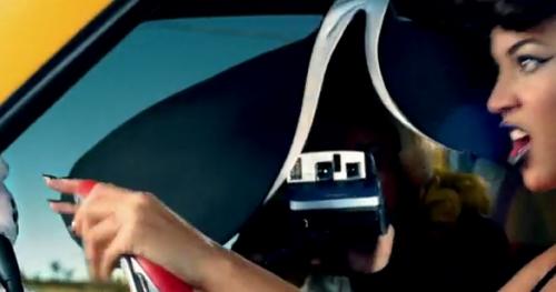 ليدي جاجا ممسكة بكاميرا البولارويد